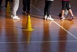 Pieds d'enfants dans salle de sports