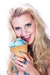 Hübsche blonde Frau leckt an Eis und freut sich
