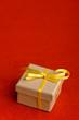 Geschenk mit gelber Schleife
