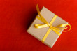 Geschenk mit Schleife von oben