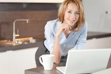 Frau mit laptop in der Küche
