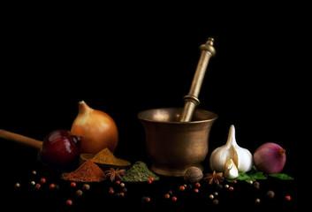 épices et aromates sur fond noir