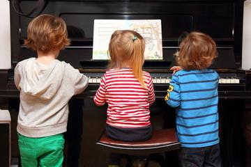 Kinder spielen Klavier