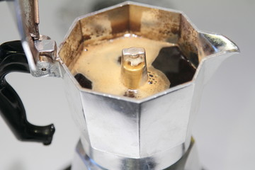 Caffè con schiuma nella moka