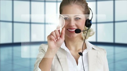 junge Frau führt Supportgespräch, benutzt virtuellen Touchscreen