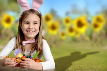 Mädchen freut sich übers Osternest