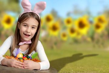 Mädchen hat ihr Osternest gefunden