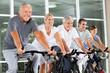 Senioren im Spinning-Kurs im Fitnessstudio