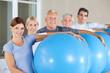 Senioren tragen Gymnastikbälle