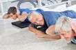 Zufriedener Senior im Rückenkurs