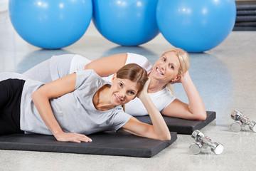 Gemeinsames Fitnesstraining in Turnhalle