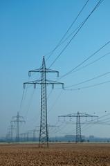 Strommasten in der Morgendämmerung