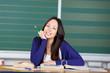 lächelnde schülerin mit unterlagen in der klasse