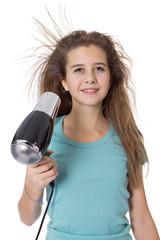 Jeune fille se sèche les cheveux