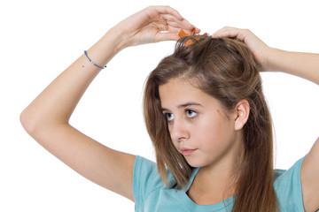 jeune fille de 15 ans se coiffe les chaveux