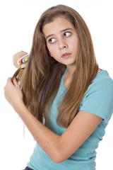 Jeune fille se coiffe
