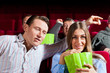 Paar im Kino mit Popcorn