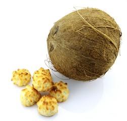 noix de coco et congolais sur fond blanc
