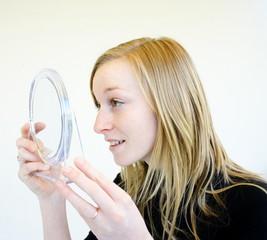 jeune fille se regardant dans le miroir