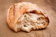 Ein Stück Brot auf Holzbrett