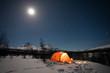 Caming im Winter unter dem Mond