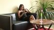 Junge Geschäftsfrau telefoniert im Hotel