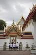 studenti in un tempio a bangkok