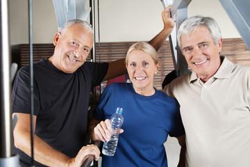 Aktive Seniorengruppe im Fitnesscenter