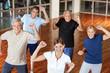 Glückliche Senioren beim Bewegungstraining