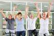 Jubelnde Senioren im Fitnesscenter