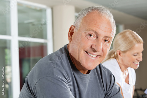 Senior im Fitnesscenter
