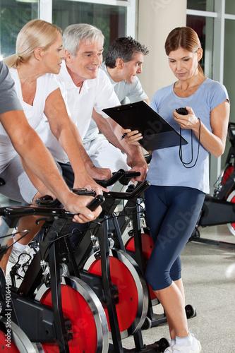 Fitnesstrainerin trainiert Seniorengruppe