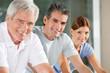 Portrait von Senioren im Fitnesscenter