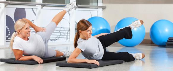 Frauen trainieren im Fitnesscenter