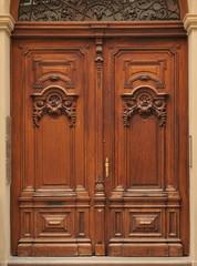 Alte Haustüre mit Verzierungen