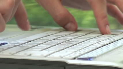 Finger tippen auf der Computertastatur