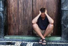 Depresja - smutek i biedny człowiek na ulicy