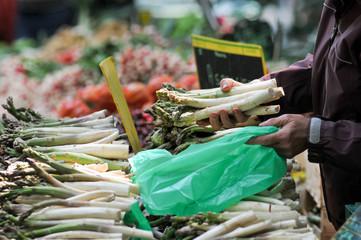 transaction étalage fruit et légume du marché
