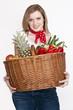 junge Frau mit Einkaufskorb mit Gemüse