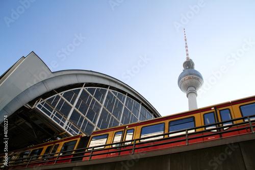 Fotobehang Treinstation Bahnhof Alexanderplatz
