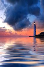 Beau paysage de nuit avec le phare et le ciel maussade