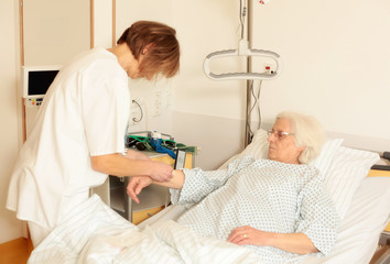 Krankenschwester legt zugang für Infusion
