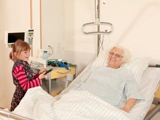 Patientin bekommt Besuch von Enkelin