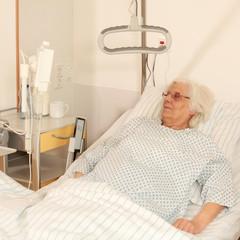 Patientin im Bett beim Fernseh schauen