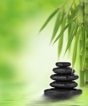 Tranquille design zen avec des pierres de massage empilées et bambou