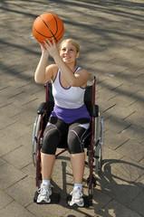 Rollstuhlfahrerin beim Sport