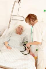 Krankenschwester misst den Blutdruck
