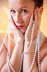 Mujer joven con perlas