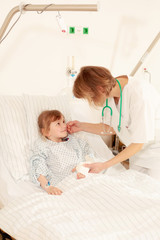 Krankenschwester tröstet Kind