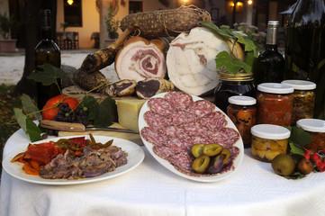咸肉和腌菜 Salumi e sottaceti Charcuteries et des cornichons